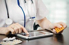 Médica receita medicamentos